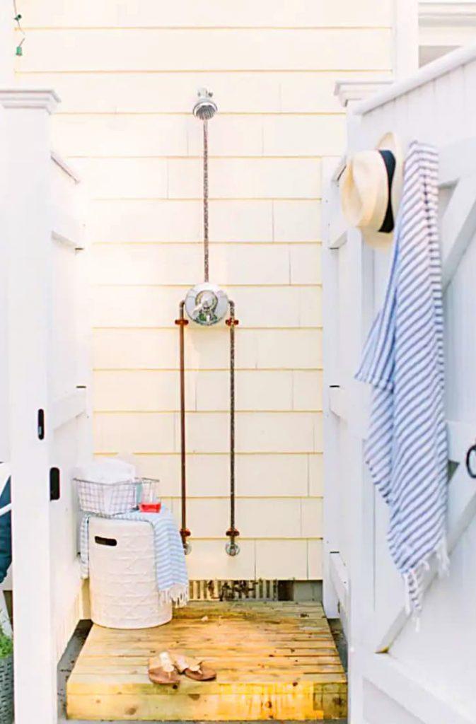 Ducha exterior con conexión de agua caliente