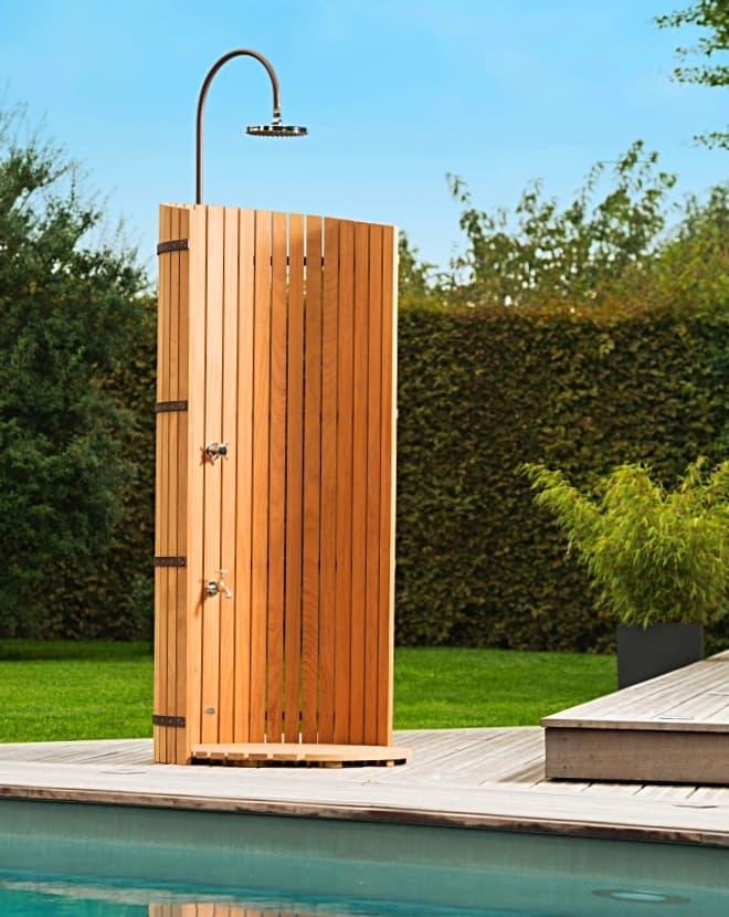 Idea de ducha de jardín exterior para piscina, resguardada