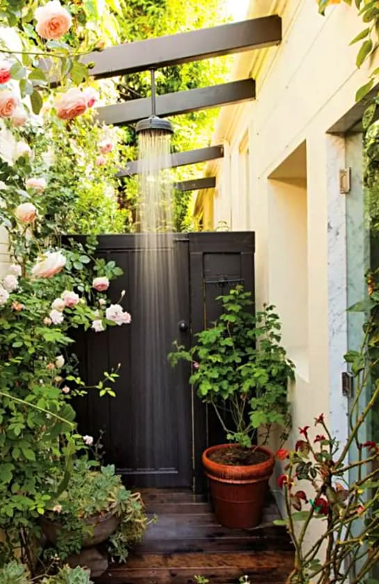 Idea para ducha exterior anexa al muro de la casa