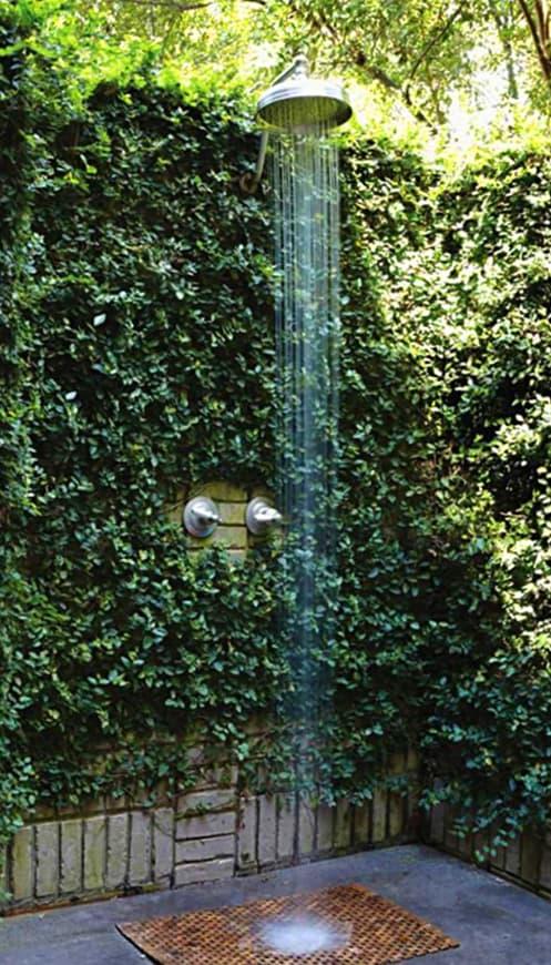 Idea de ducha exterior en un pequeño espacio con enredaderas alrededor