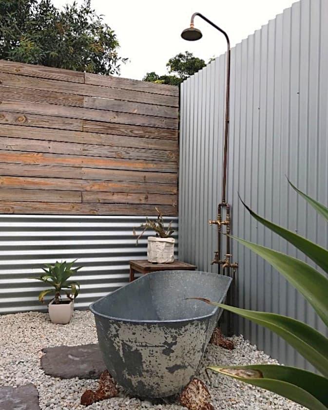 Ducha exterior con bañera, en el jardín
