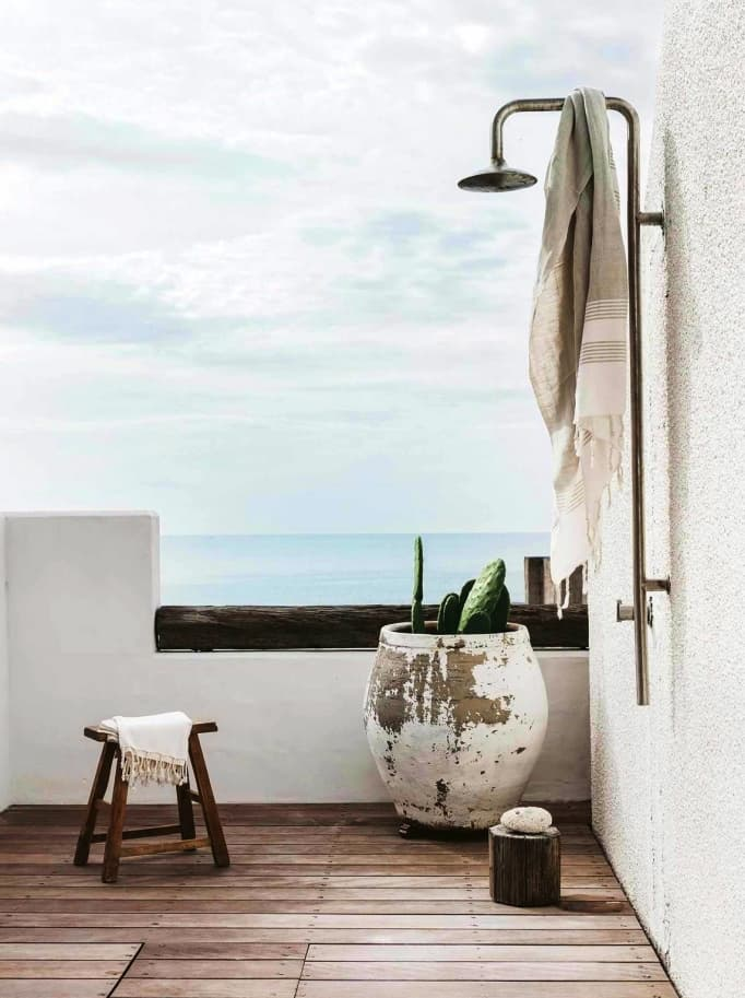 Ducha exterior en terraza, junto al mar